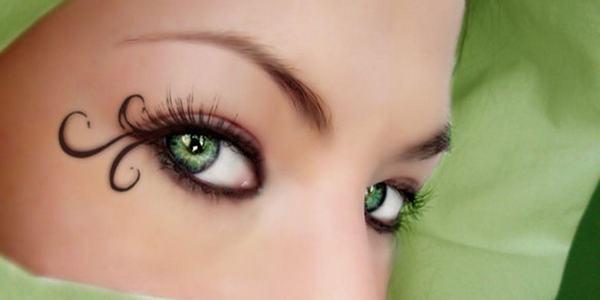 брюнетка с зелеными глазами