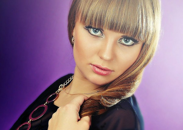 девушка с серыми глазами