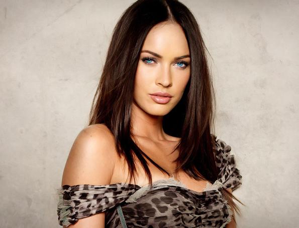 брюнетка в леопардовом платье