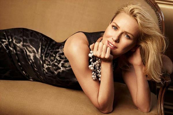 блондинка в леопардовом платье