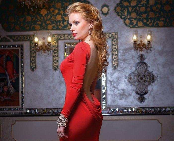 стройная женщина в красном платье